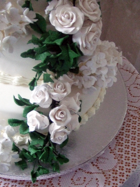 Bottom Tier of Ivy Leaves and Roses on Sally & Fraser's Wedding cake