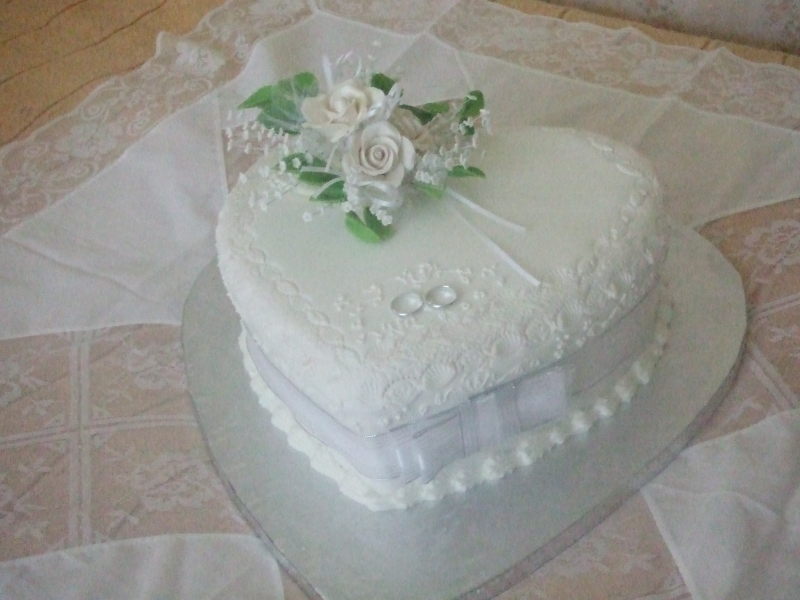 Rae's One Tier Heart Traditional Wedding Cake